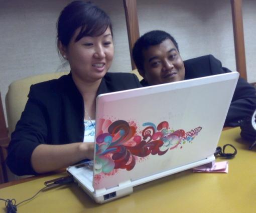 cantik cover laptop Shiau Wei ni..Isma posing pulak..